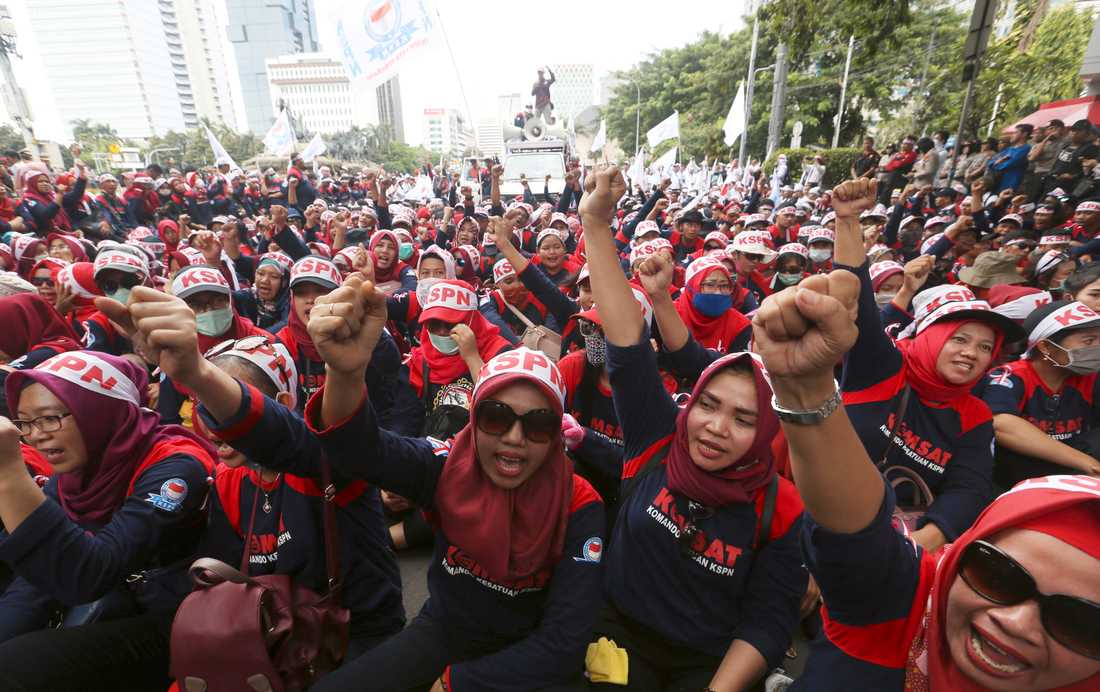 Ett tusental arbetare kräver fri sjukvård för arbetare och höjd minimilön i Indonesiens huvudstad Jakarta.