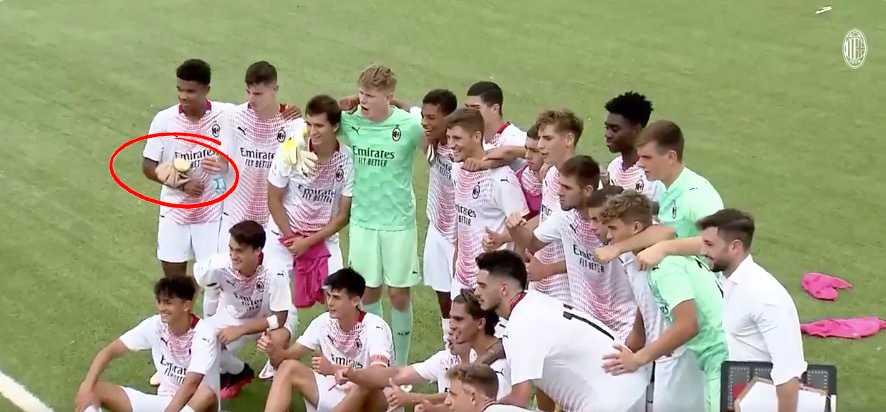 Emil Roback (längst till vänster) med lindad arm efter debuten.