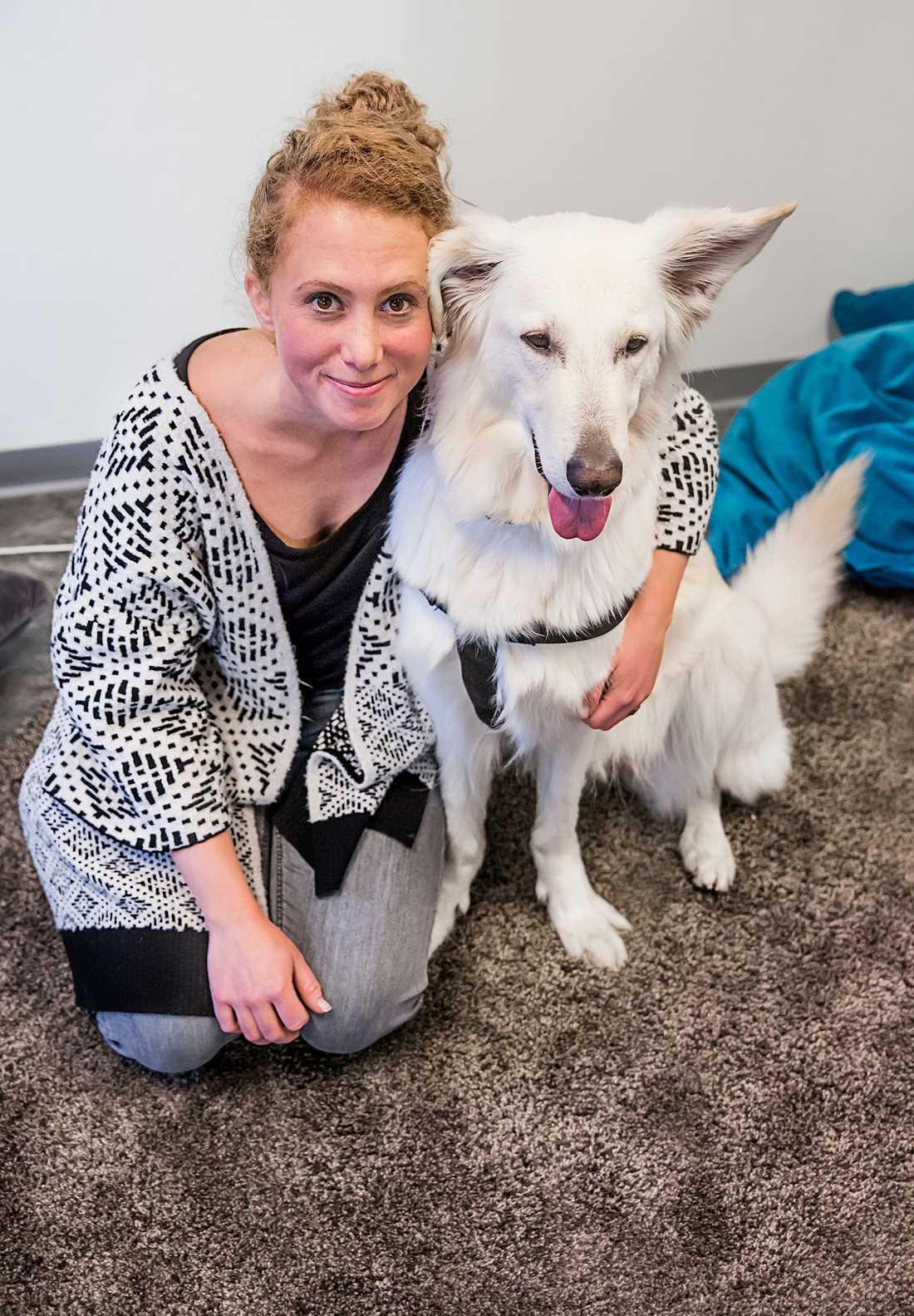 Denice Sverla är hundförare och Dis är lämplighetstestad och utbildad vid svenska terapihundskolan.