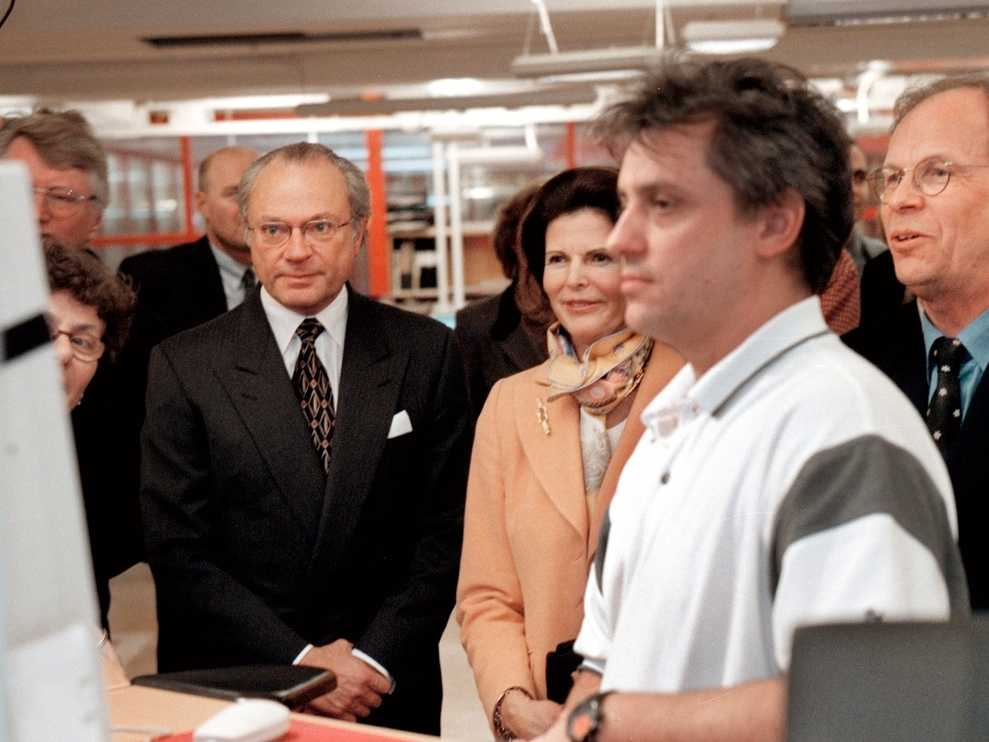 Januari 2000. Kungen och drottningen på besök på Aftonbladets redaktion. Micke Andersson demonstrerade Aftonbladet.se. Till höger – Anders Gerdin, Aftonbladets tidigare chefredaktör.