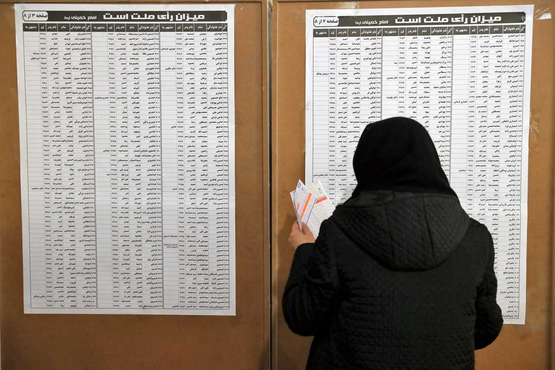 En väljare vid en vallokal i Teheran, Iran.