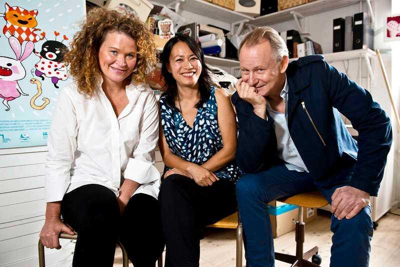 """interaktiv film En av Sveriges största filmstjärnor, Stellan Skarsgård, var bekant med barnböckerna när Stina Wirsén och Linda Hambäck bad honom att vara en del i filmatiseringen av """"Liten Skär och alla små brokiga"""". """"Jag kände redan till och gillade böckerna"""", säger han. Stina Wirsén, 44, är utbildad på Konstfack, är känd illustratör och barnboksförfattare:– Efter världspremiären i Malmö sa en liten tjej att när hon kom tillbaka till dagis skulle hon rita figurerna, främst """"hon med prickig klänning"""". Hon sa inget om att hon är svart. Linda Hambäck, 37, är utbildad producent på Dramatiska Institutet. Har sedan bland annat gjort """"Vem""""-filmerna ihop med Stina Wirsén:– Vi planerar en uppföljare, en spökhistoria. Och vi tycker det var roligt att Stellan sa ja i direktsänd tv att vara med även i den. Stellan Skarsgård, 61, är Sveriges största filmstjärna med långt över hundra tv- och filmroller bakom sig. Han har åtta barn:– Min näst yngste son Ossian är tre och känner till böckerna. Han rekommenderade mig varmt att tacka ja till detta filmprojekt (skratt)."""