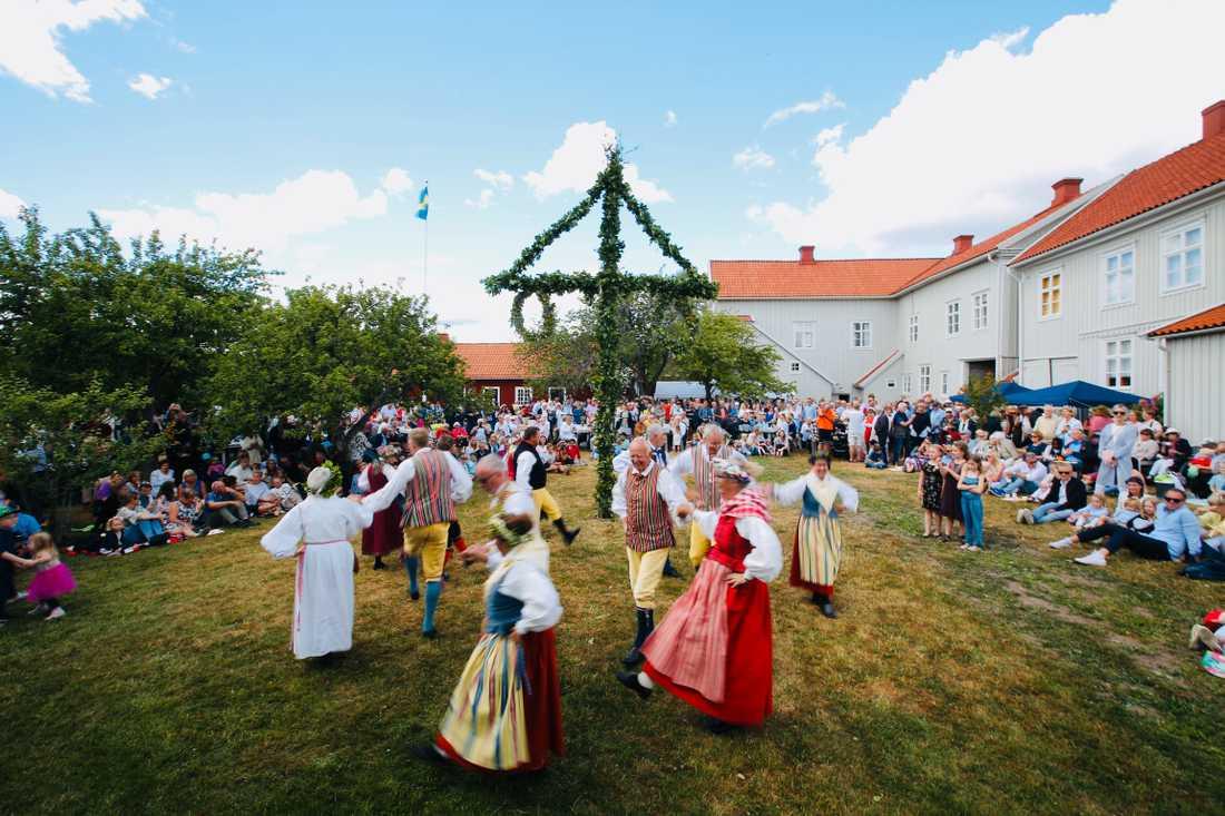 I fjol dansades det runt midsommarstången iklätt folkdräkt i Pataholm, Kalmar.