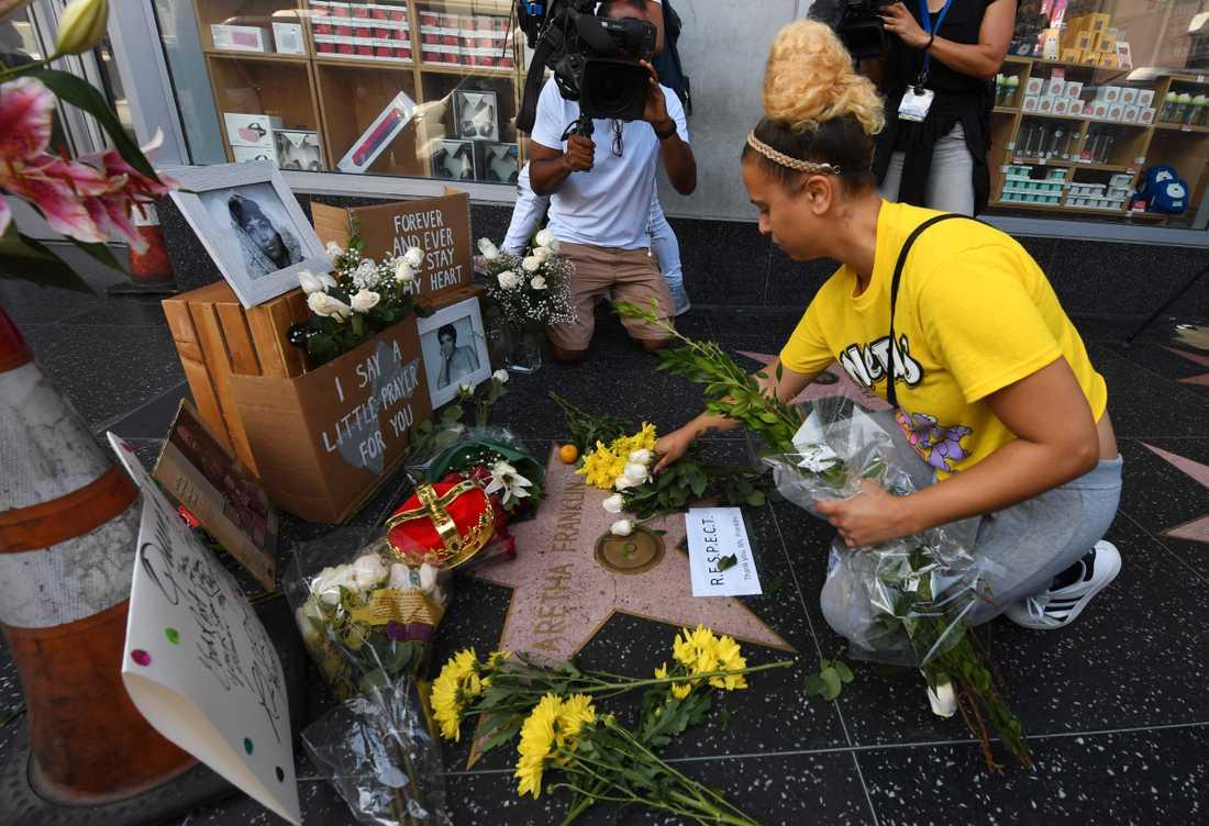 Fans lägger ner blommor och hyllningar vid Aretha Franklins stjärna på Hollywood walk of fame.