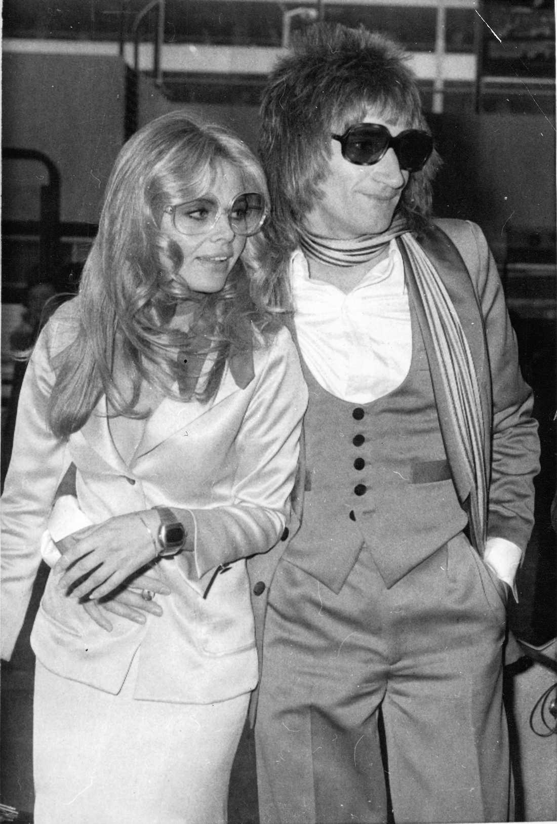 Britt Ekland och sångaren Rod Stewart glassar loss på Heathrow på 70-talet.