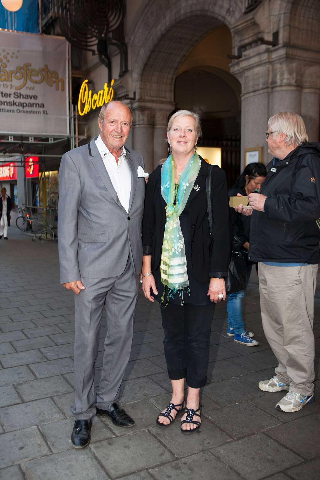 Hasse Wallman på premiär med politikern Kristina Axén Ohlin (M).