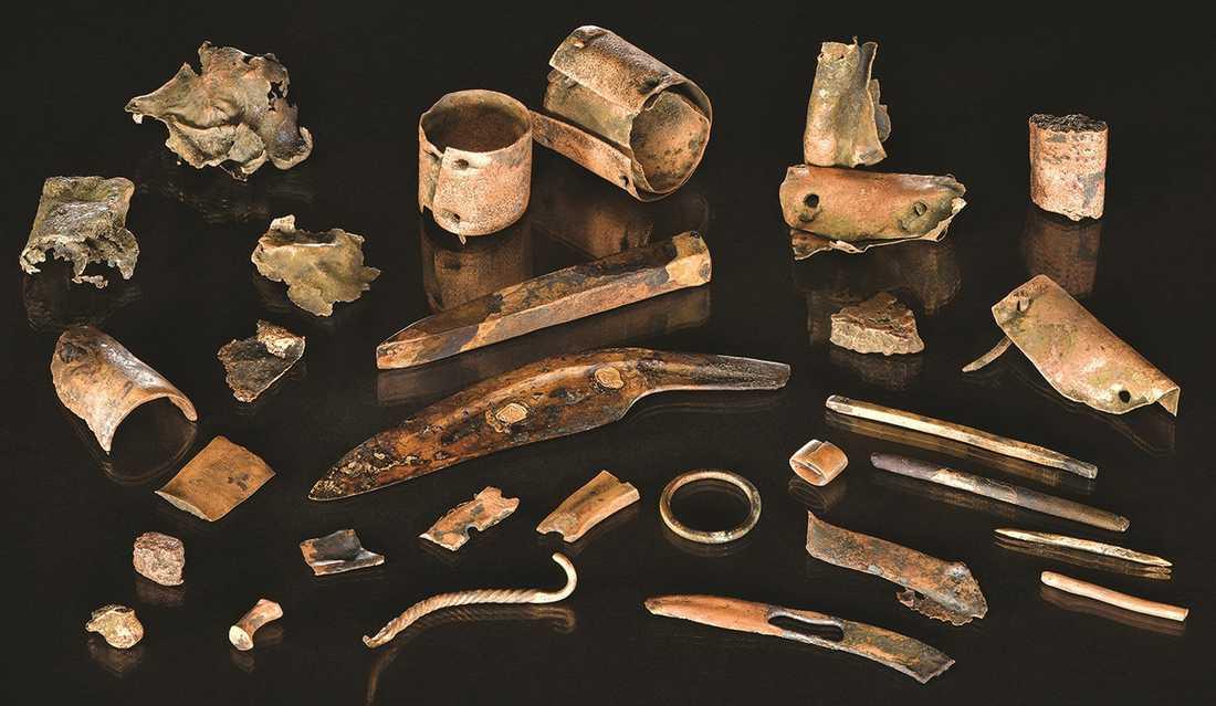 Verktygspåsen innehåller att antal bronsföremål, däribland en kniv och en mejsel. Påsen hittades på en plats där man tidigare hittat resterna från ett stort slag som ägde rum för 3000 år sedan.