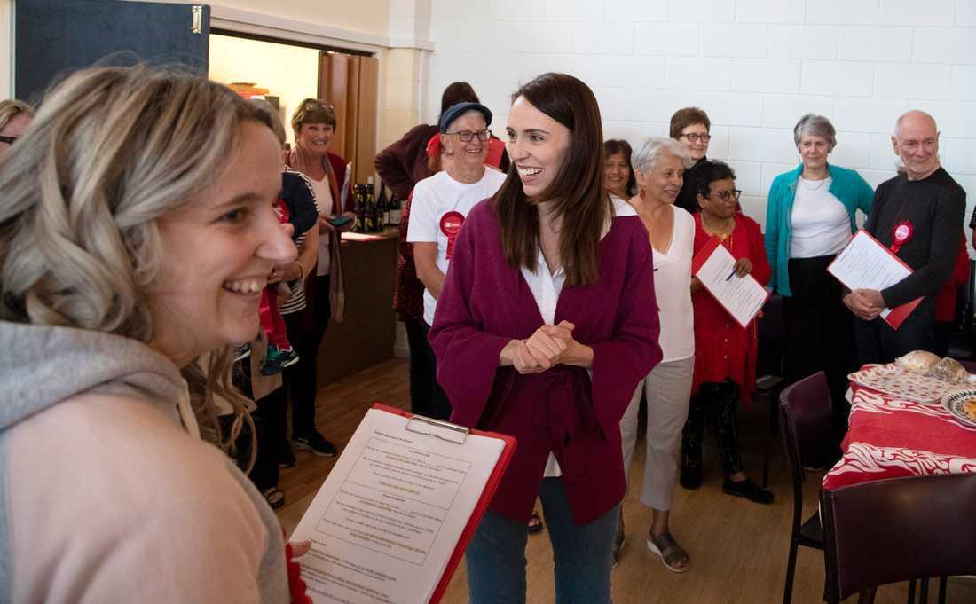 Nya Zeelands premiärminister Jacinda Ardern tackar sina valarbetare i Auckland under valdagen.