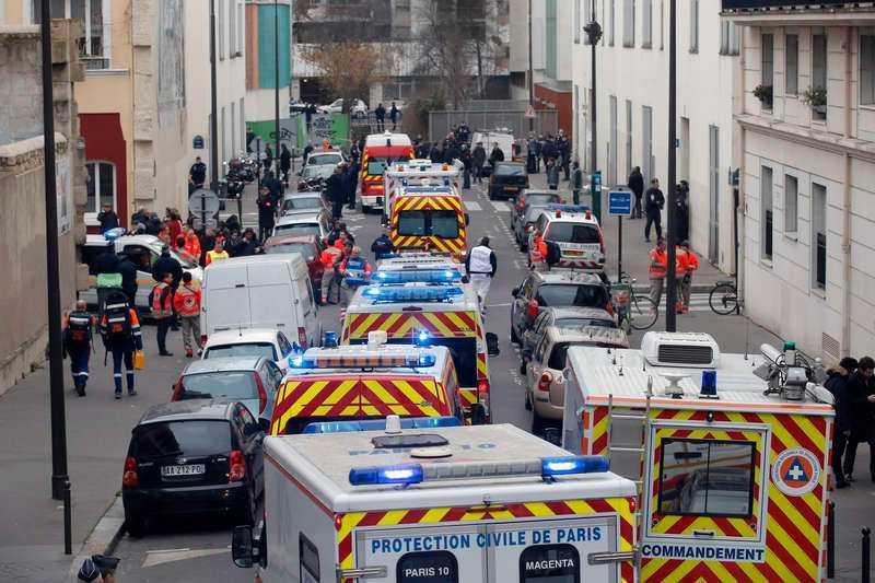 Polisbilar och ambulanser samlades utanför Charlie Hebdos redaktion efter terrordådet i januari 2015.