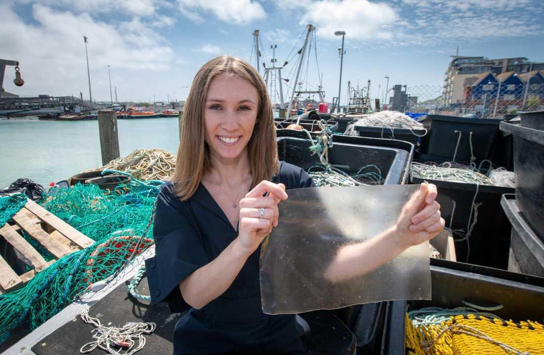 Ingenjören Lucy Hughes, årets mottagare av James Dyson Award, visar upp sin uppfinning Marinatex, en bioplastprodukt stöpt ur fiskeavfall och rödalger.