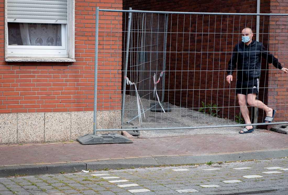 En rumänsk gästarbetare på slakteriet i Coesfeld, där personalen har fått sättas i karantän.