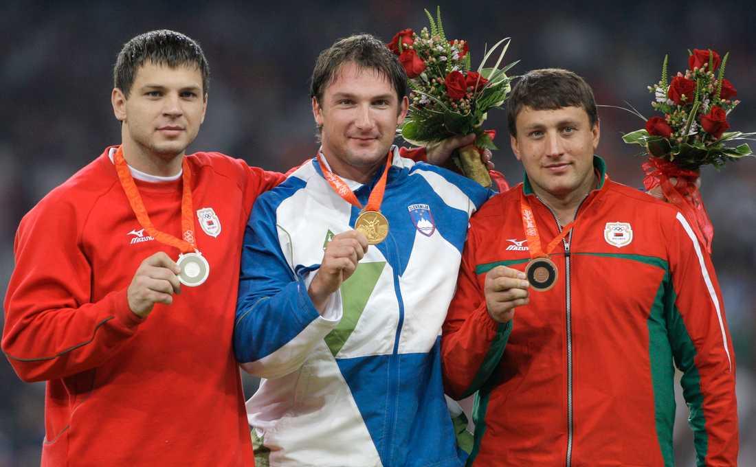Ivan Tsikhan (till höger) och Vadzim Dzevjatouski (till vänster) efter OS-finalen i slägga i Peking 2008. Arkivbild.