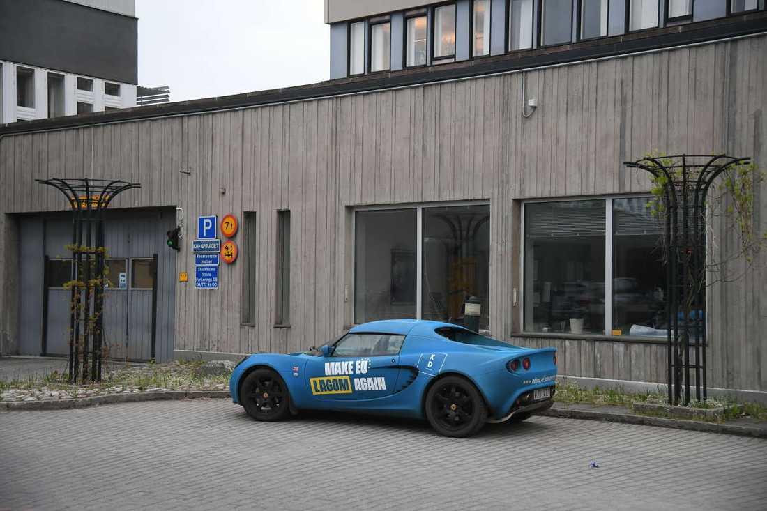 """Skyttedal anlände till debatten i SVT i en blå sportbil med KD:s slogan """"Make EU lagom again""""."""
