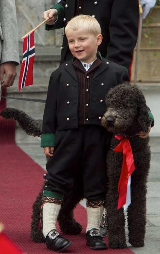 Prinsen & Milly Prins Sverre Magnus och hunden Milly Kakao hälsar på barntåget utanför Skaugum på Norges nationaldag, den 17 maj.