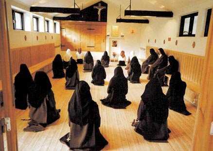 Fattigdom, kyskhet och lydnad För tio år sedan klev då 19-åriga Marta in i Karmelitklostret i Rydebäck. Väl inne stannar man hela livet bakom murarna och begravs slutligen på den egna kyrkogården. Enda gången nunnorna lämnar klostret är om någon blir allvarligt sjuk.