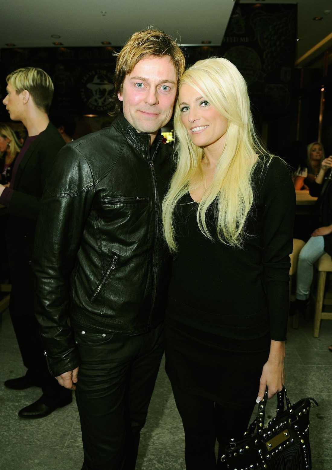 """nykära. Niclas Wahlgren och Laila Bagge träffades under inspelningen av fredagsunderhållningen """"Let's Dance"""" på TV4. """"Det klickade direkt mellan oss"""", säger Laila om första mötet."""