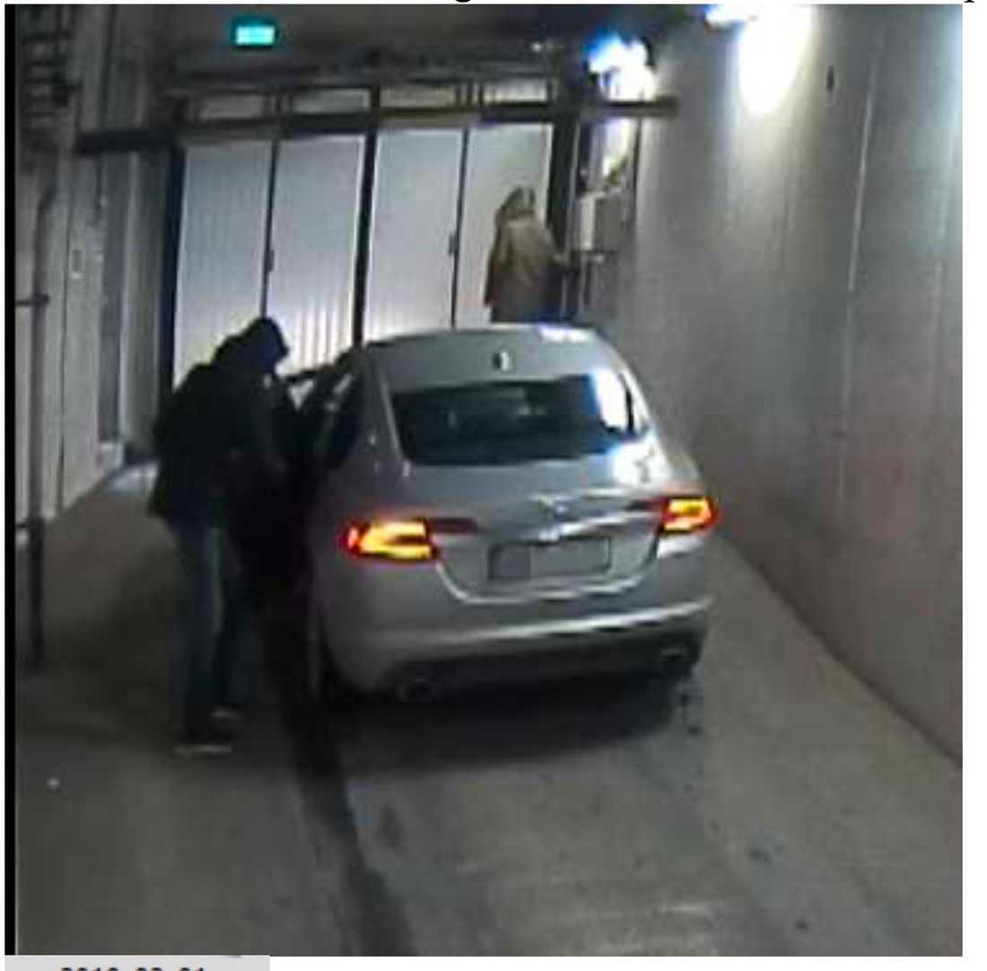 En av de åtalade männen var med i bilen och genomförde det brutala rånet mot Hollywoodfrun. De andra tre männen flydde från garaget och har inte kunnat gripas.