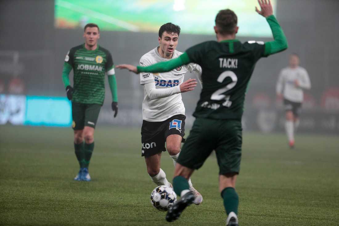 Deniz Hümmet med bollen under en match mot Hammarby i höstas.