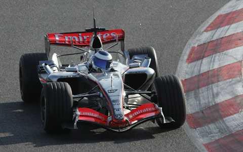 Mika Häkkinen testkör en av McLarens bilar 2006.