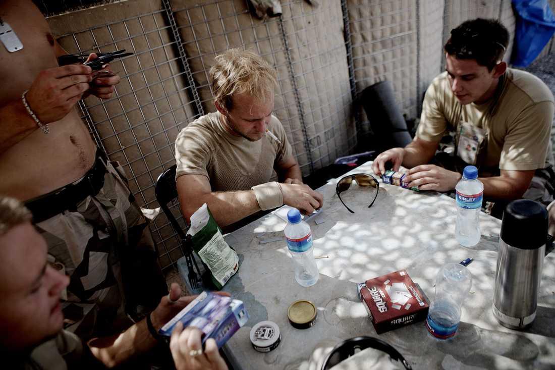 Soldaterna fördriver tiden med spel och olika iq-test.