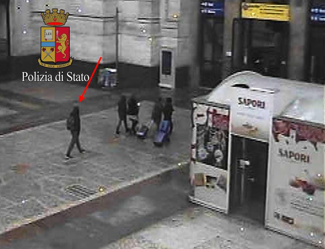 En bild från italienska polisen visar den misstänkte Berlin-terroristen Anis Amri på centralstationen i Milano.