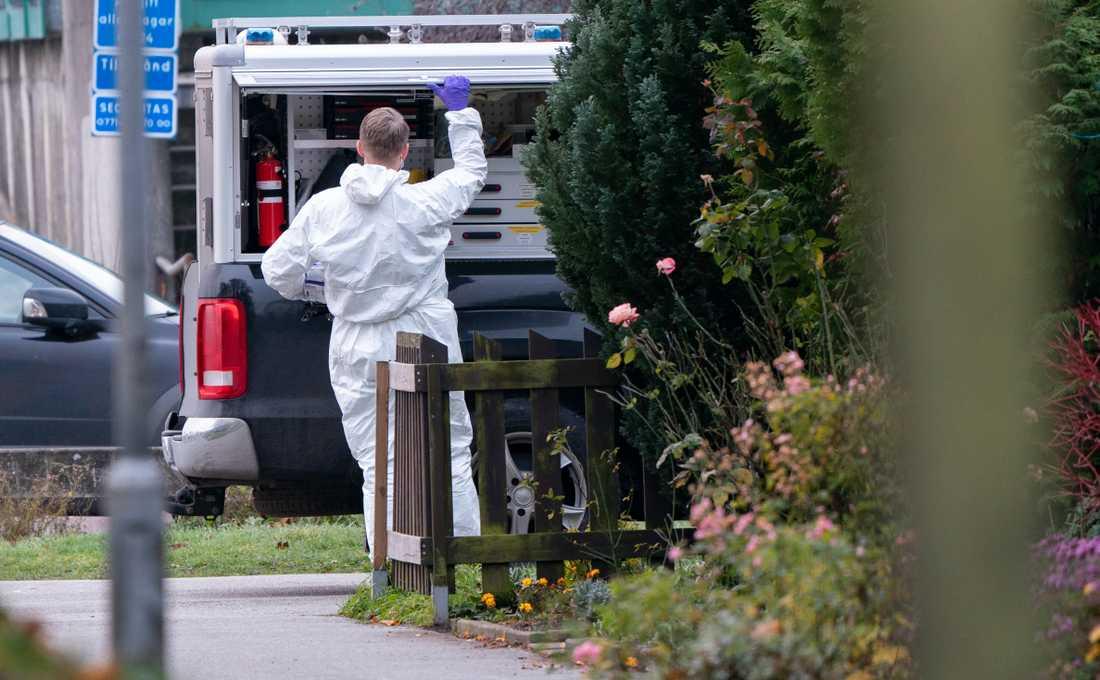Polis och kriminaltekniker på plats på Holma i Malmö på lördagsmorgonen. Enligt polisen hade det då inträffat ett grovt brott på platsen.