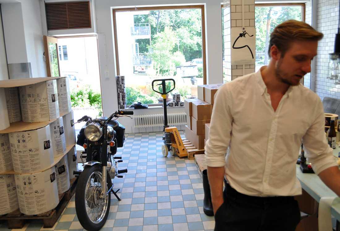 """Bananbåten Fredrik Tunedal har länge velat driva eget företag. Ett tag var han inne på att köpa en uppblåsbar banan som skulle skjutsa badgäster runt Långholmen. """"Om jag inte bryggt öl så hade jag fortsatt med bananerna"""", skojar Fredrik. """"Vi hade haft filialer runt om i Stockholm""""."""