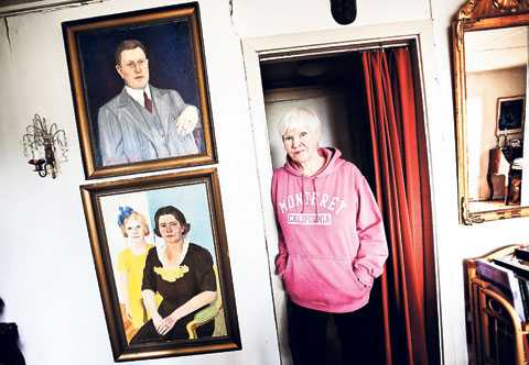 Birgitta Stenberg vid porträtten av sin pappa och mamma. Hon visste sedan tidigare att pappa inte var hennes riktiga pappa. När hon vid 77 års ålder fick veta att inte heller mamma var hennes riktiga mamma vändes livet upp och ner.