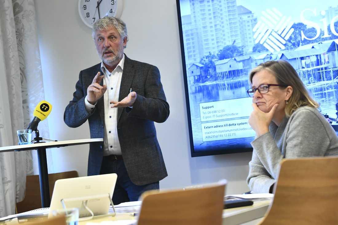 Biståndsminister Peter Eriksson (MP) och Sidas generaldirektör Carin Jämtin på myndighetens huvudkontor i Stockholm.