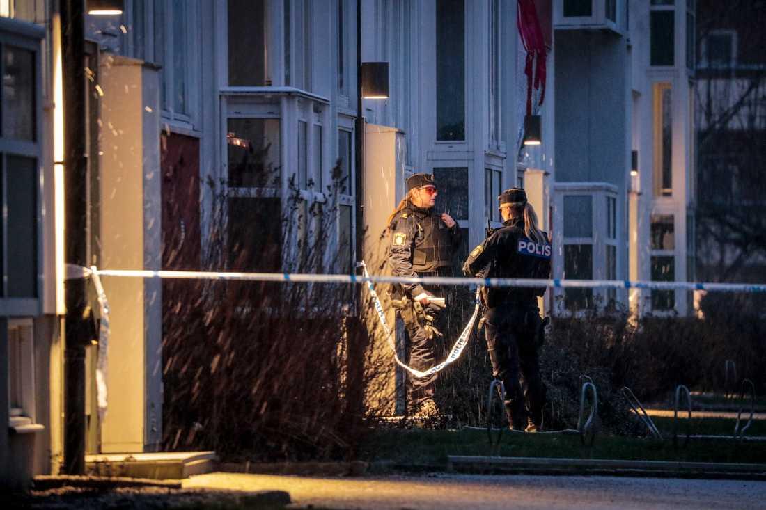 Polisen har spärrat av runt ett misstänkt explosivt föremål som hittades i Örebro.