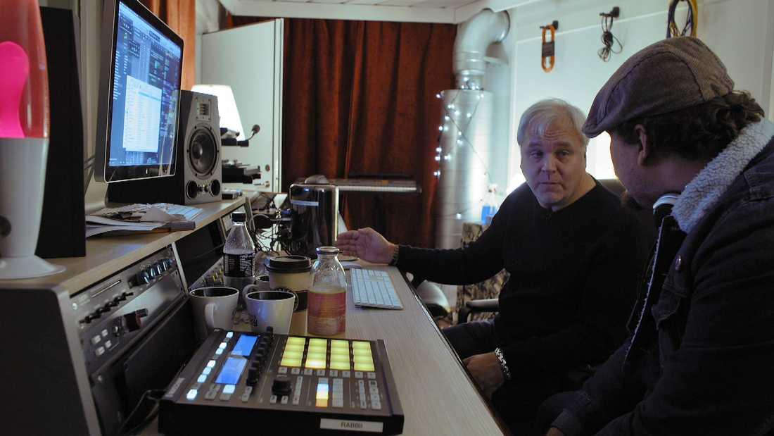 Timmy med Jörgen Elofsson i Cheiron-studion.