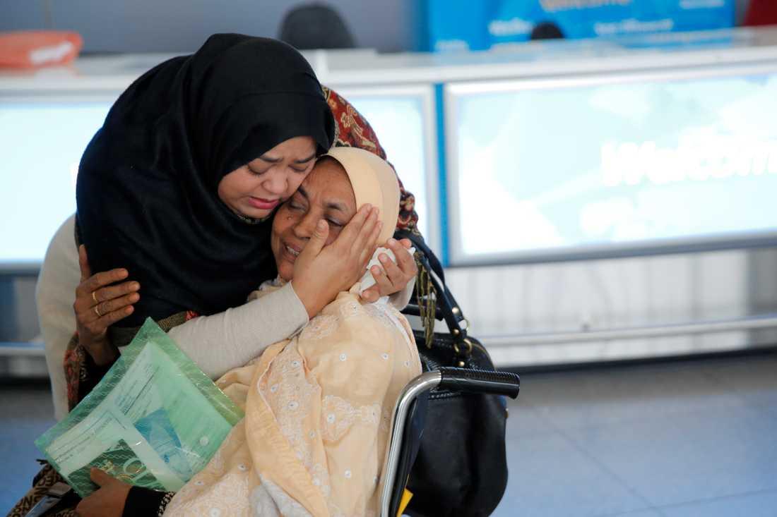 Många muslimer i USA är oroliga. En kvinna tar emot sin mamma på John F. Kennedy flygplats i New York.