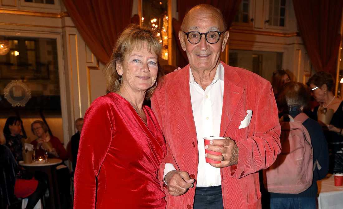 Lena Adelsohn Liljeroth och Ulf Adelsohn i början av mars, när 1,6- och 2,6-miljonerklubben arrangerade Woman in Red-gala på Oscarsteatern.