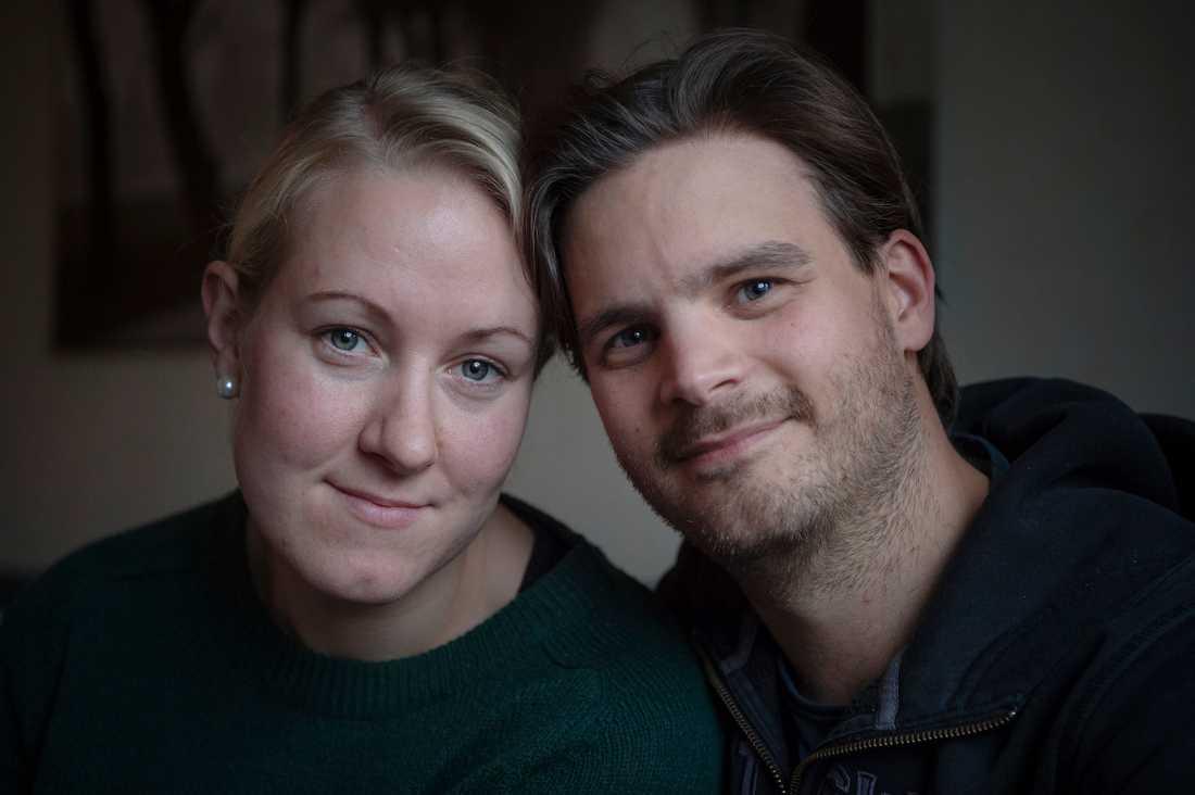 """""""Vi trodde att man skulle få mer hjälp när man fick ett svårt funktionshindrat barn"""", säger Annie, 32, och Torbjörn Olofsson, 37."""