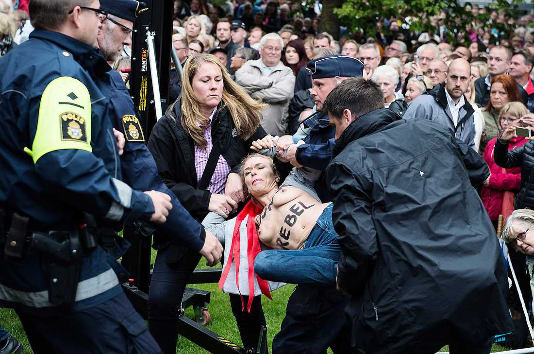 I Almedalen Jenny Wenhammar grips av polis.