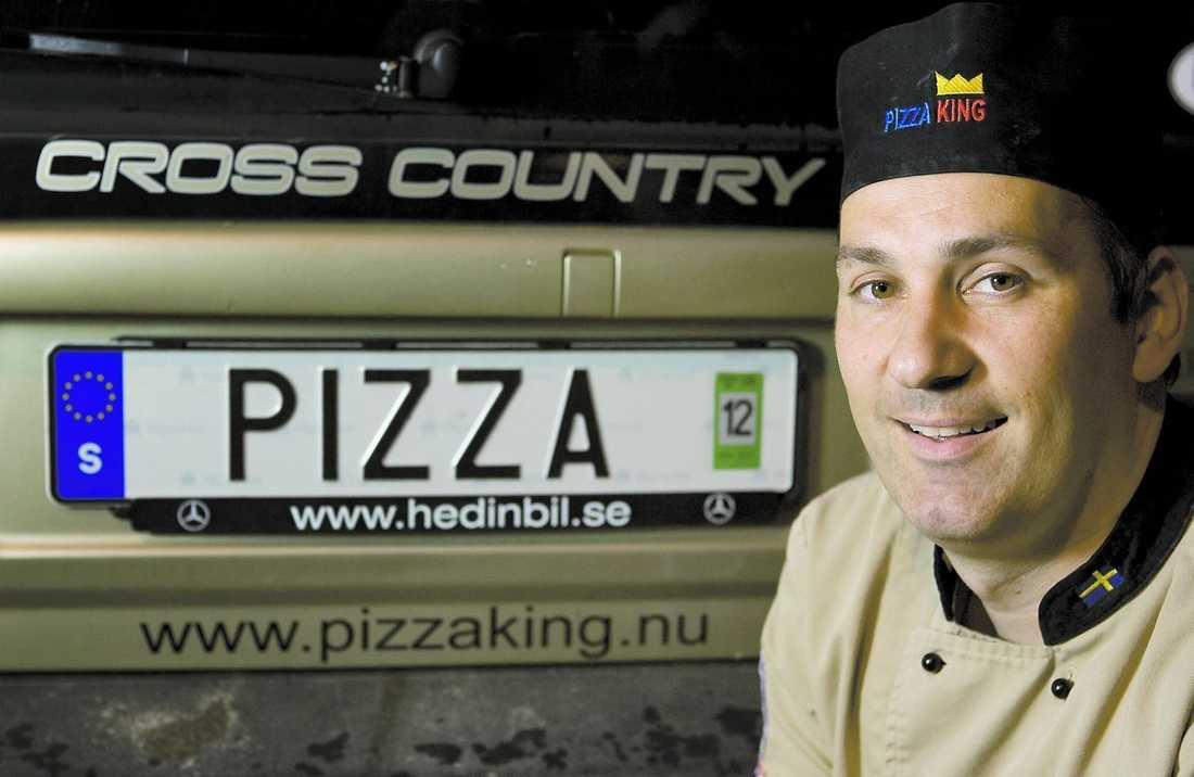 """Pizzabagare på väg Sacha Rajkovics äger ett av 14 000 svenska fordon med personlig registeringsskylt. Att Sacha har en eftertraktad skylt visade sig när han deltog i pizza-VM i Italien. Många beundrade Sachas skylt. """"Dagen därpå var den borta"""", säger han."""