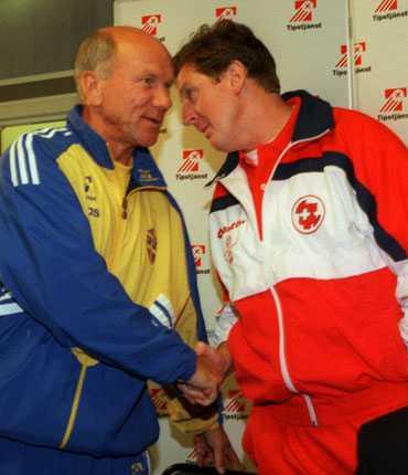 Efter den lyckade sejouren i Sverige blev Hodgson förbundskapten för Schweiz. Här skakar han hand med Tommy Svensson efter en mållös EM-kvalmatch mot Sverige 1995.