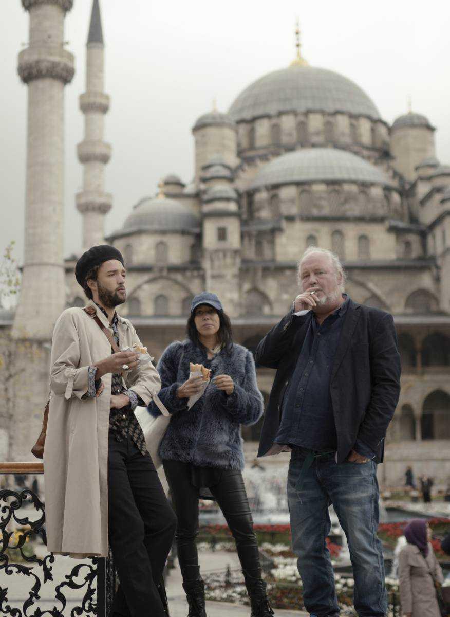 Plura med sidekickarna Adrian Modiggård och Titiyo Jah i Istanbul.