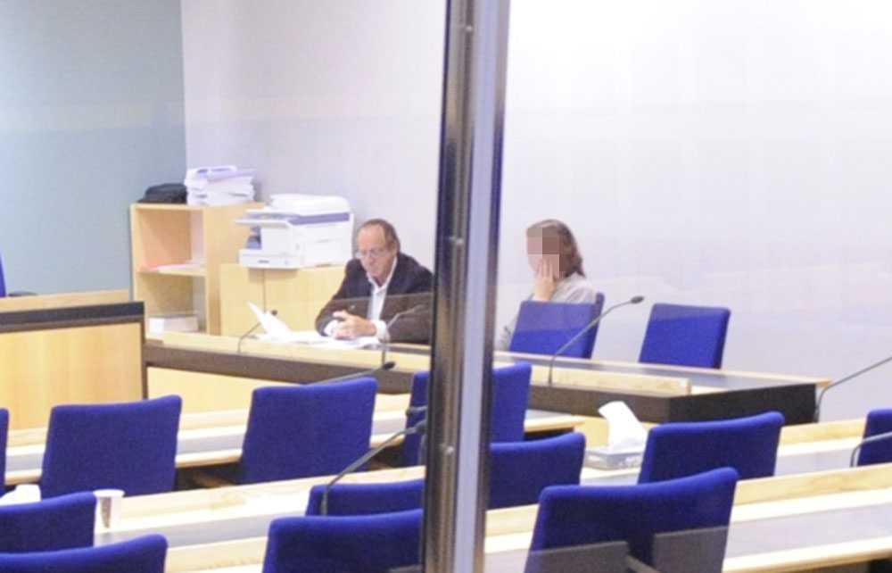 Kvinnan med sin advokat när hon var häktad.
