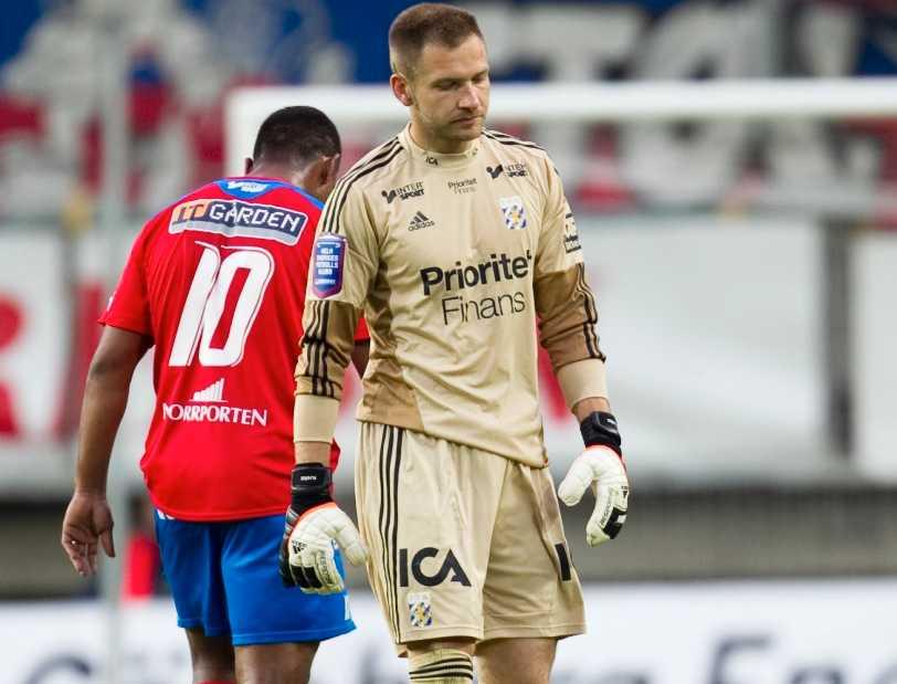 Petad. John Alvbåge var petad i IFK Göteborg senast. Nu kanske han spelar sommarcupen i Olsäter nästa lördag. Eller?