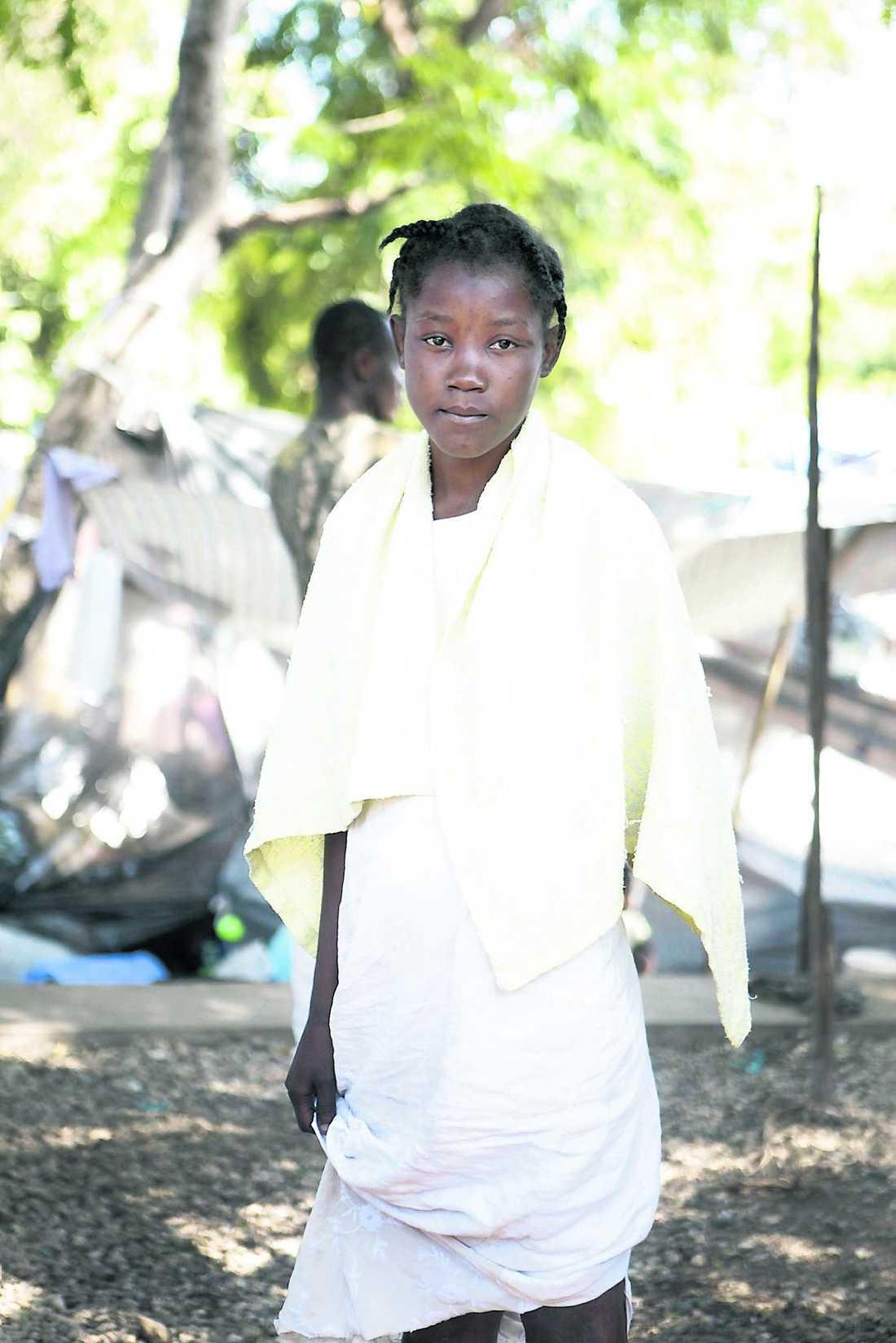 Enise Jean, 18. Båda föräldrarna döda.