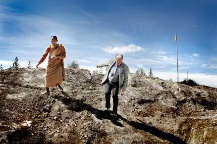 här ska templet stå Tillsammans går de upp mot bygget, munken Phramaha Boontin och kommunalrådet Bert-Rune Dahlberg som blivit goda vänner.