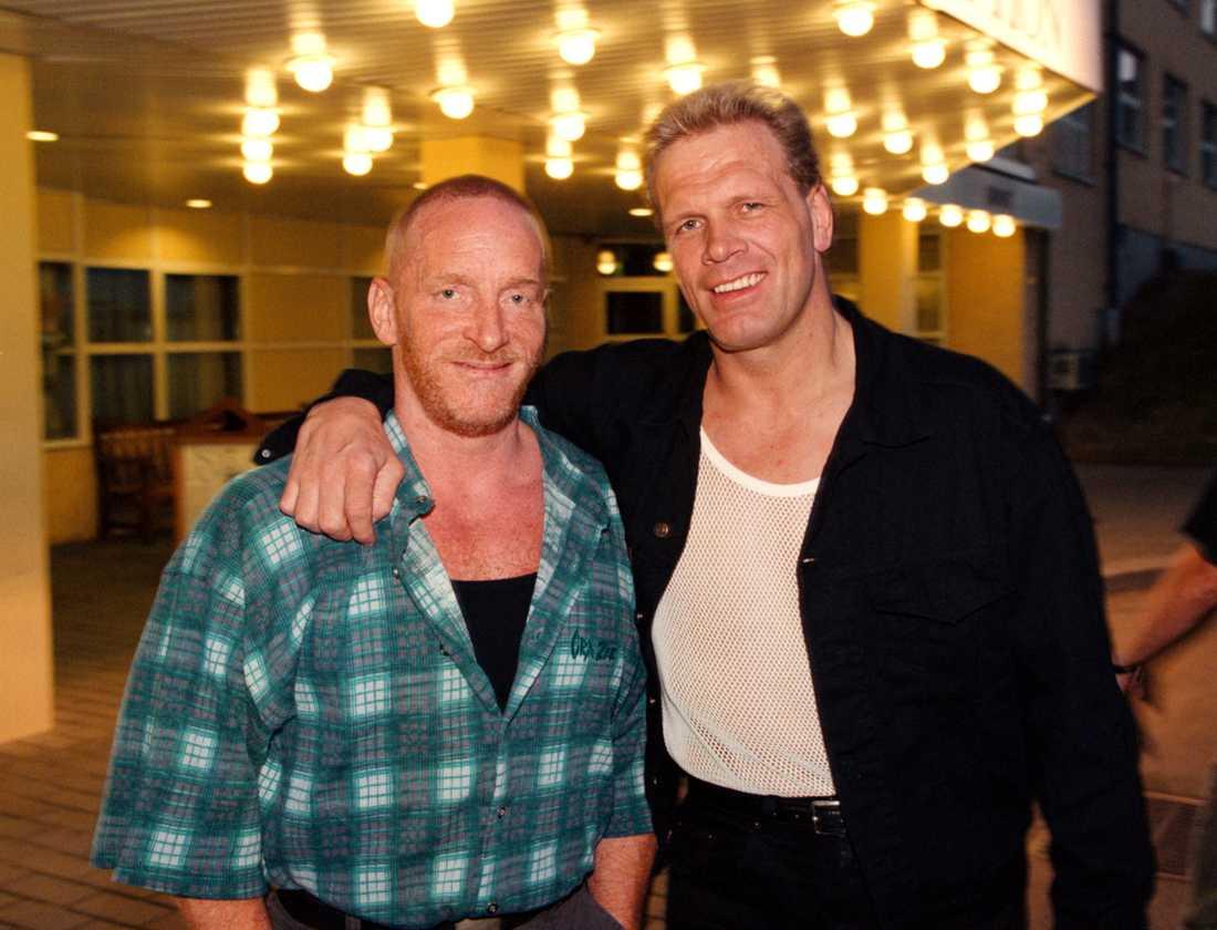 """Lennart """"Hoa-hoa"""" Dahlgren poserar ihop med Frank Andersson, inför fotbollsmatchen """"Bjö rn Borg Superstars"""" sommaren 1997."""