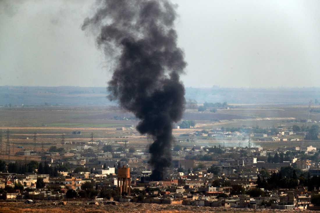 Rök stiger från syriska Ras al-Ayn efter beskjutning från turkiskt håll. Bild tagen 17 oktober.