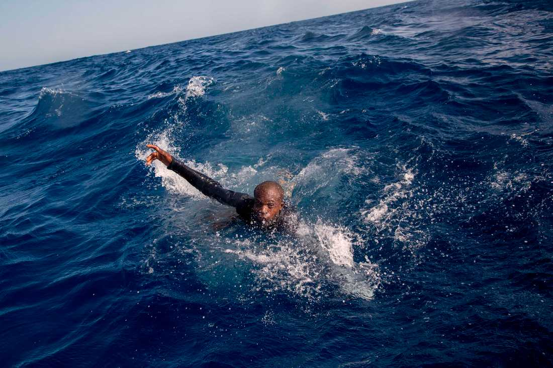 """""""När jag tog den här bilden hörde jag hur han tappade andan i vattnet. Jag hör fortfarande det ljudet i mitt huvud."""", säger fotografen Alessio Paduano till BBC."""