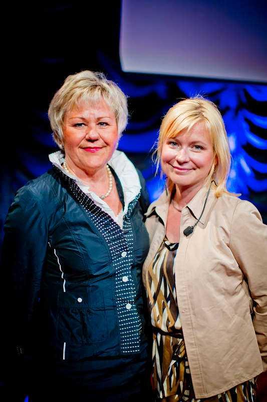 Generaldirektör Christina Lugnet med kvällens moderator Josefine Sundström – som fick 50 000 kronor.