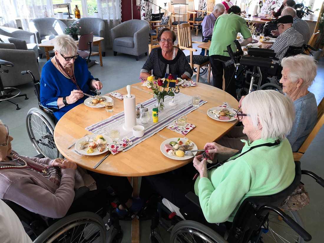 Cecilia startade en insamling så att det äldre kunde få riktig midsommarmat.