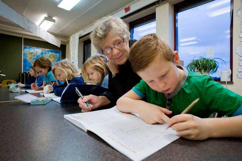 """EFTERTRAKTAD Sedan två år jobbar Gunilla Hägg, 71, som lärarvikarie på Edenryds skola i Bromölla. Hon hjälper också till med läxläsning och som elevstöd. """"Man är väldigt eftertraktad och det är enormt roligt och givande. Fler pensionärer borde prova"""", säger hon."""