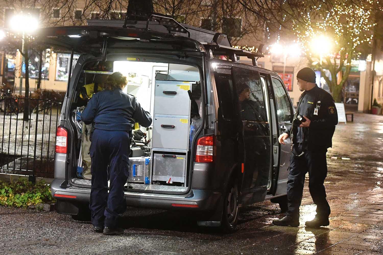 Polisen har larmats till Bagarmossen i södra Stockholm efter att smällar hörts.
