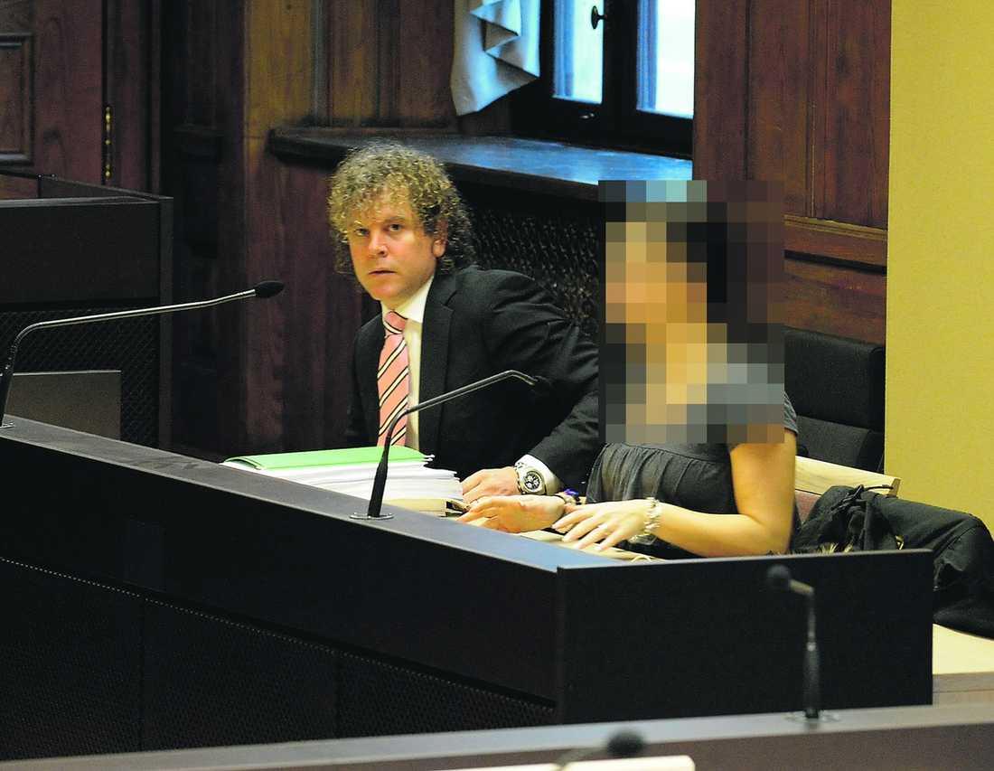 """ÅTALAD FÖR GROVT BEDRÄGERI Den 29-åriga kvinnan tillsammans med sin advokat Björn Sandin i tingsrätten i går. Komikern Björn Gustafsson (nedan) berättar via telefon vad som hände när han och kompisarna betalade 30 000 kronor för att hyra en lägenhet av kvinnan – men aldrig fick flytta in. Efter redogörelsen väljer han att stanna kvar i luren. """"Jag sitter i bilen, jag har inget bättre för mig"""", säger han."""